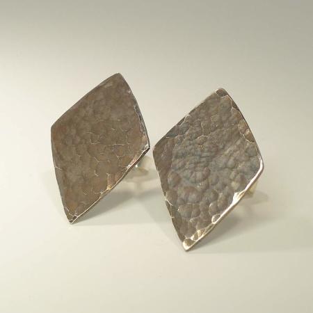 Ohrringe Raute mit geschmiedeter Oberfläche Silber 925 geschwärzt