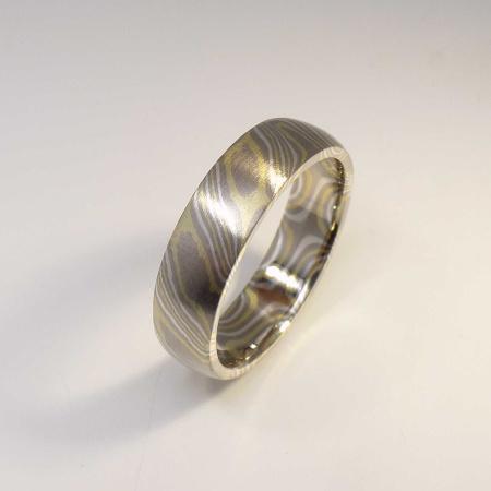 Mokume-Gane-Ring tricolor aus 750 Grüngold, 500 Palladium und 935 Silber
