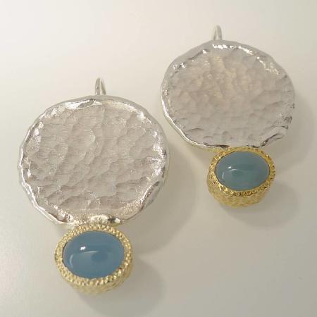 Ohrhänger rund aus gehämmertem Silber mit Aquamarin Cabuchon in Gelbgold Zarge 585