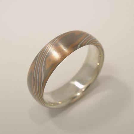 Mokume-Gane-Ring tricolor aus 585 Rotgold, 500 Palladium und 935 Silber mit Silberkern - Weite