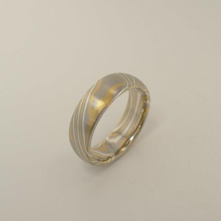 Mokume-Gane-Ring tricolor aus 916 Gelbgold, 500 Palladium und 935 Silber - Weite