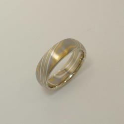 Mokume-Gane-Ring tricolor aus 916 Gelbgold, 500 Palladium...