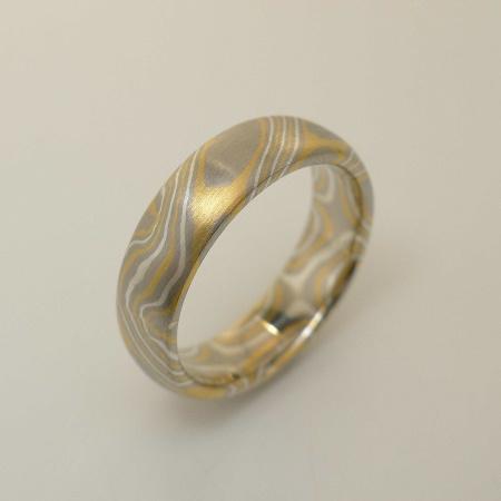 Mokume-Gane-Ring 3-farbig aus 916 Gelbgold, 500 Palladium und 935 Silber Weite